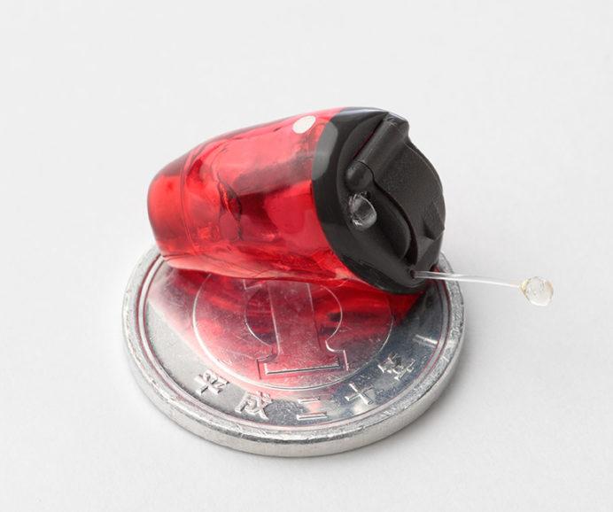 一円玉と小型補聴器