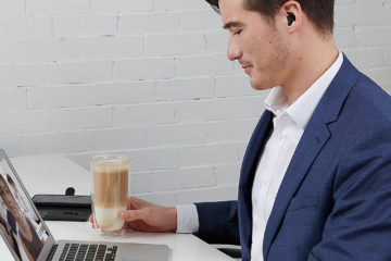 補聴器をして仕事をしている男性