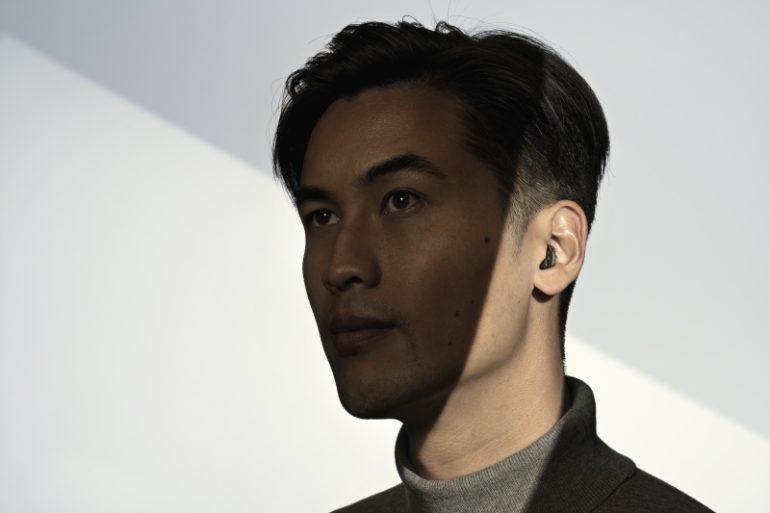 耳あな型をしている男性