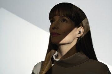 耳あな型をしている女性