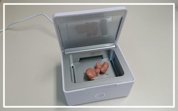 耳あな型補聴器と機械式乾燥ケース