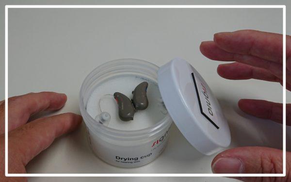 耳掛け型補聴器と乾燥ケース
